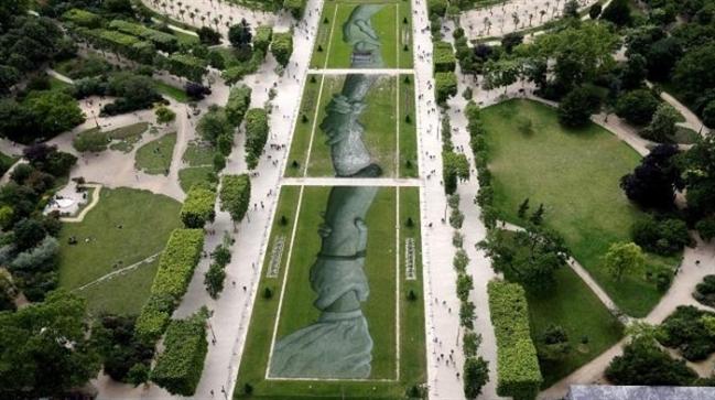 صورة جوية للوحة العملاقة في باريس