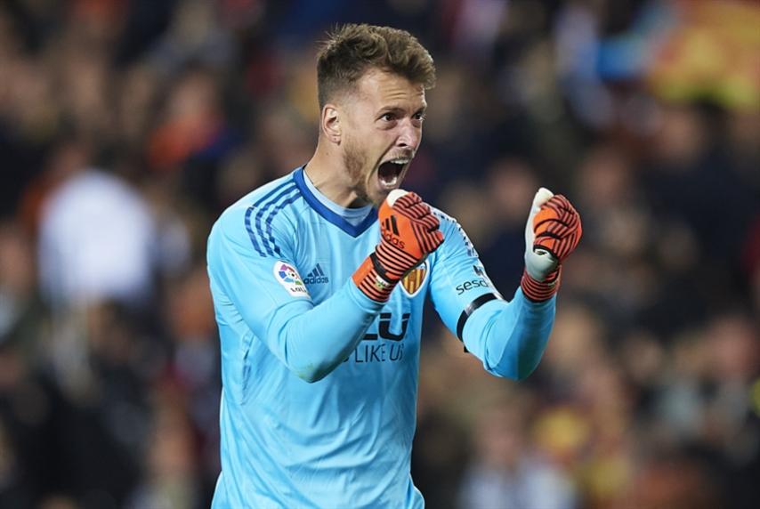 برشلونة يتعاقد مع نيتو