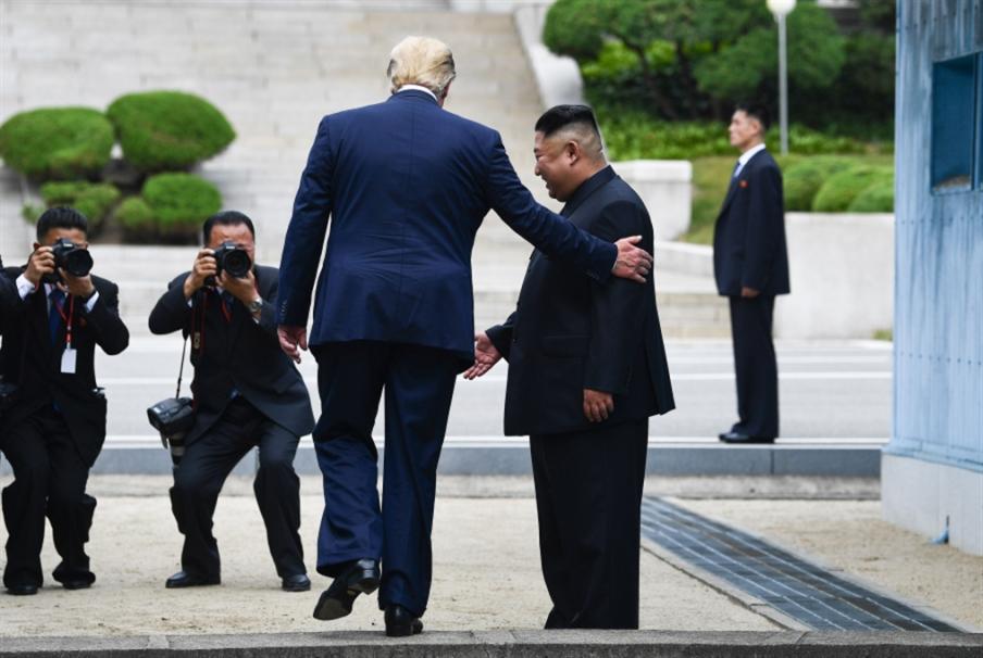 هدنة تجارية  صينية ــ أميركية: مصافحة كيم وترامب تُحيي التفاوض