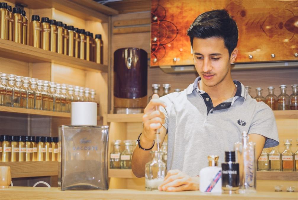أنس عباس يجمع سوريا في زجاجة عطر