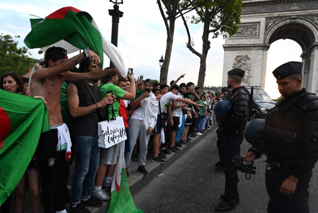 الشرطة الفرنسية «تحاصر» مشجعي الجزائر
