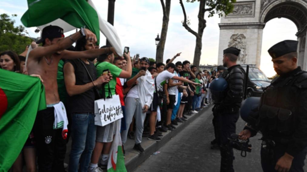 صورة الشرطة الفرنسية «تحاصر» مشجعي الجزائر