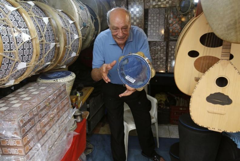 عبد الرحمن مزقزق: فنان الإذاعة ونجم السوق