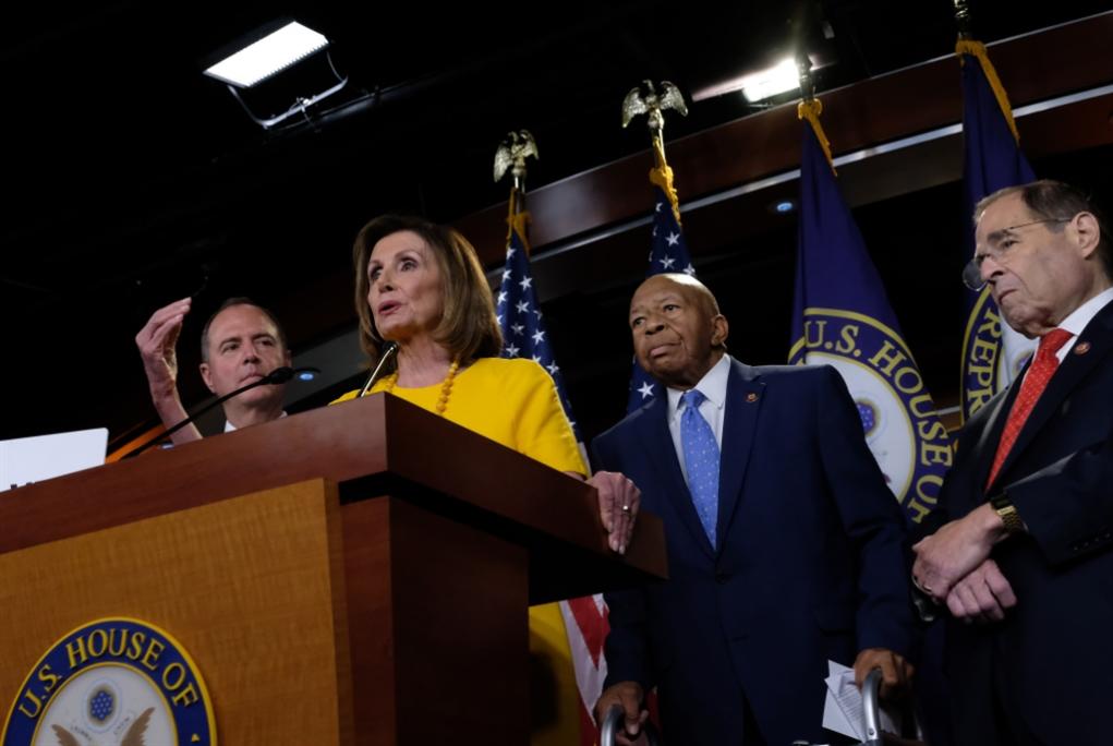 الديموقراطيون منقسمون: البدء بعزل ترامب أو هزيمته في الانتخابات؟