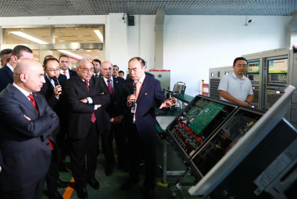 الحكومة «تحجّ» إلى الصين:  تنويع الخيارات لا يُرضي واشنطن