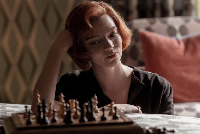 الشطرنج، أو كيف تحارب شياطينك الداخلية؟ «مناورة الملكة» يضرب على «نتفليكس»