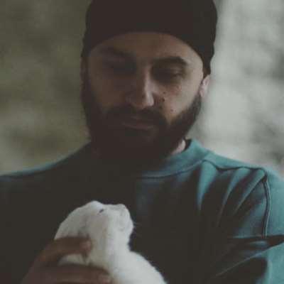 بشار خليفة في On/Off:  الموسيقى مرآةً لواقعنا الإنساني