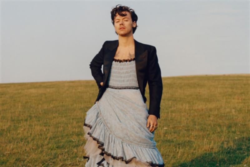 هاري ستايلز يثير الجدل... فستان على غلاف «فوغ»