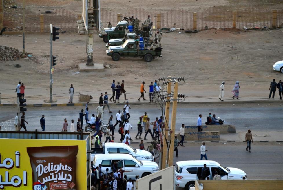 تمرّد عسكري في الخرطوم تزامناً مع زيارته: قرقاش يبحث صفقة لتملّك «بورتسودان»