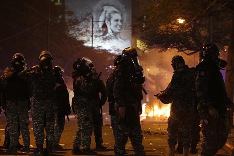 مواجهات شارع الحمراء وعنف «مكافحة الشغب»: كلّ شيء بدأ أمام مصرف لبنان   «وبسببه»