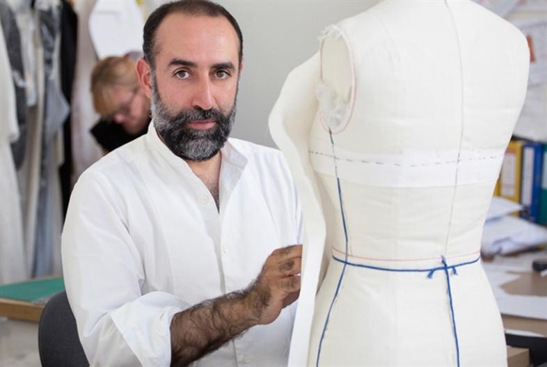 المصمم اللبناني يعرض اليوم مجموعته في باريس: ربيع كيروز... التطبيع لن يمرّ