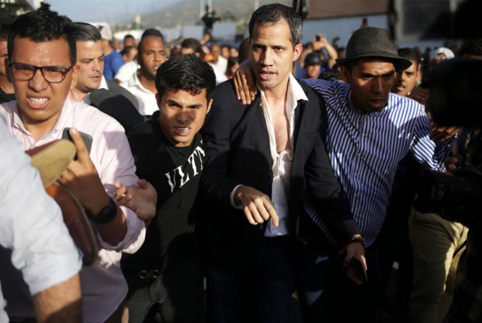 غوايدو يعود إلى فنزويلا... واستقبال غاضب من أنصار مادورو