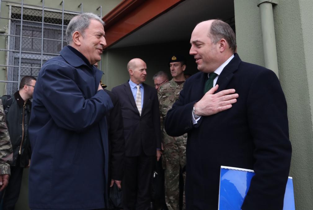 وزير الدفاع البريطاني في جولة على الحدود