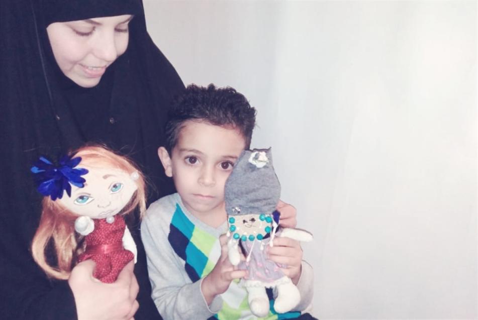 ساجدة شاهين... دمى «تحمي» الأطفال من كورونا!