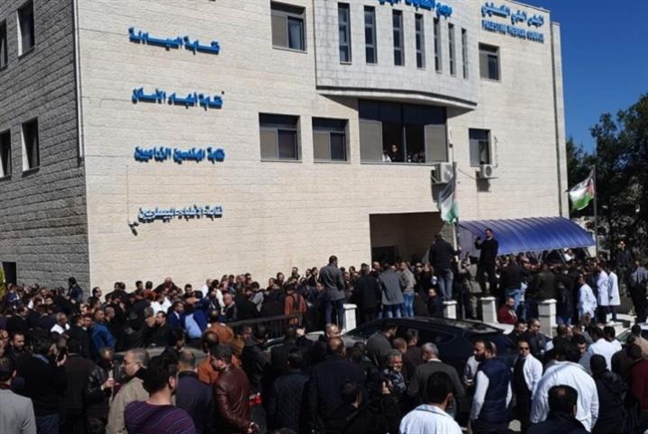 أطباء الضفة يتحدّون عباس: الإضراب مستمرّ