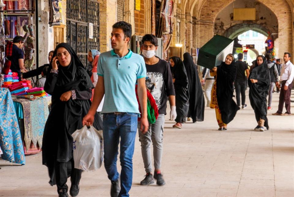 إيران تتخلّى عن الإغلاق الشامل: هل تنجح استراتيجية «التباعد الذكي» ؟