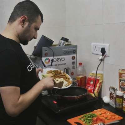طلاب سوريا في الهند: لا بديل عن الطبخ في زمن «كورونا»!