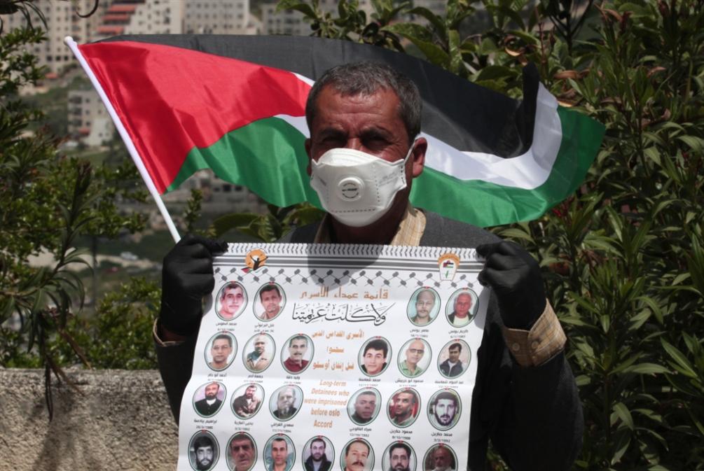 إسرائيل تجرّم البنوك: جمّدوا حسابات الأسرى وذويهم