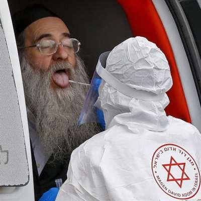 «المعجزة الصهيونية»: مجرمون بـ«روب» أبيض ونظّارات وقائية!