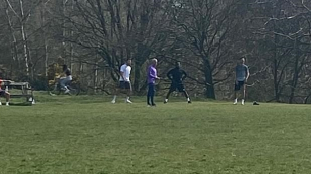 صورة مورينيو ولاعبوه يتدرّبون في حديقة عامّة