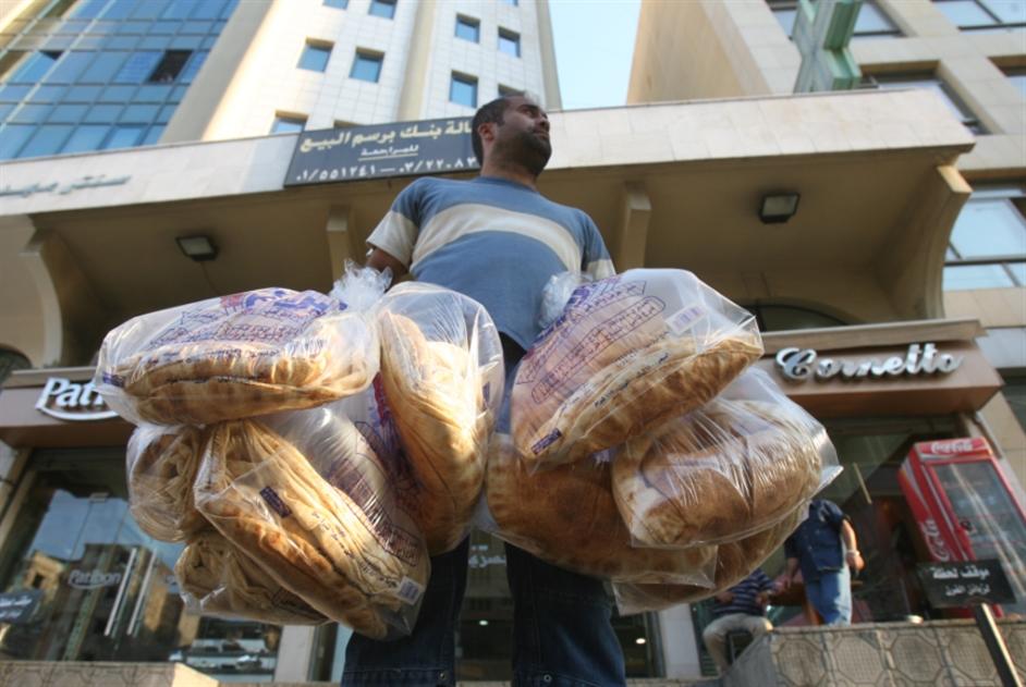 إلغاء الدعم عن الخبز والمحروقات: هل بدأ الإعداد لتحرير سعر الصرف؟