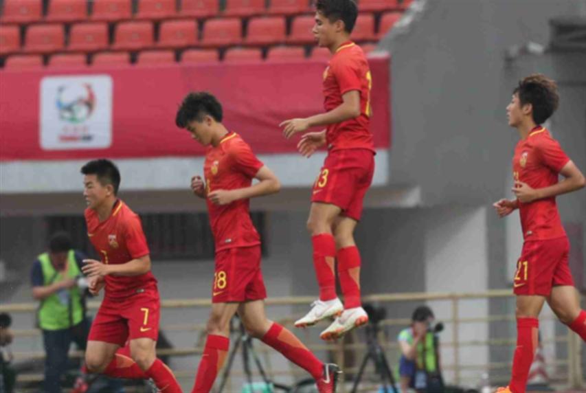 لاعبو المنتخب الصيني يخالفون قواعد السلامة