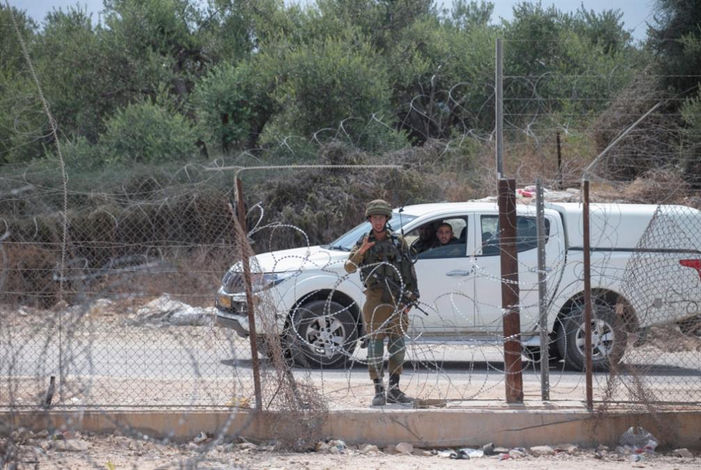 أهالي الضفة يَعبُرون «ثغرات الموت»: ما وراء التسهيلات الإسرائيلية للفلسطينيين