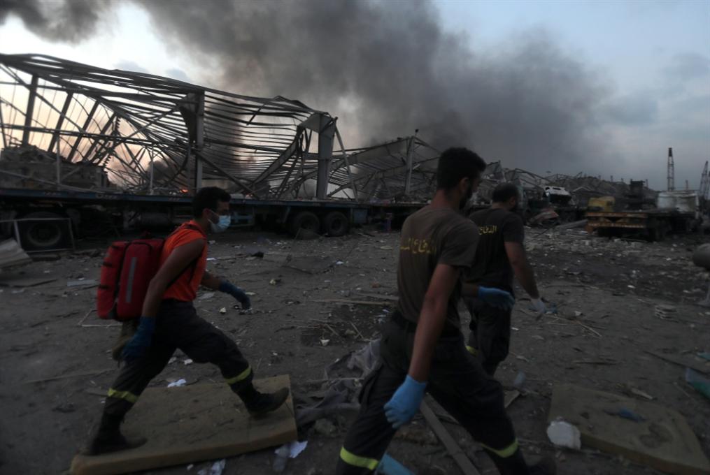 فوج إطفاء بيروت: شهيدة و9 مفقودين على «باب جهنّم»