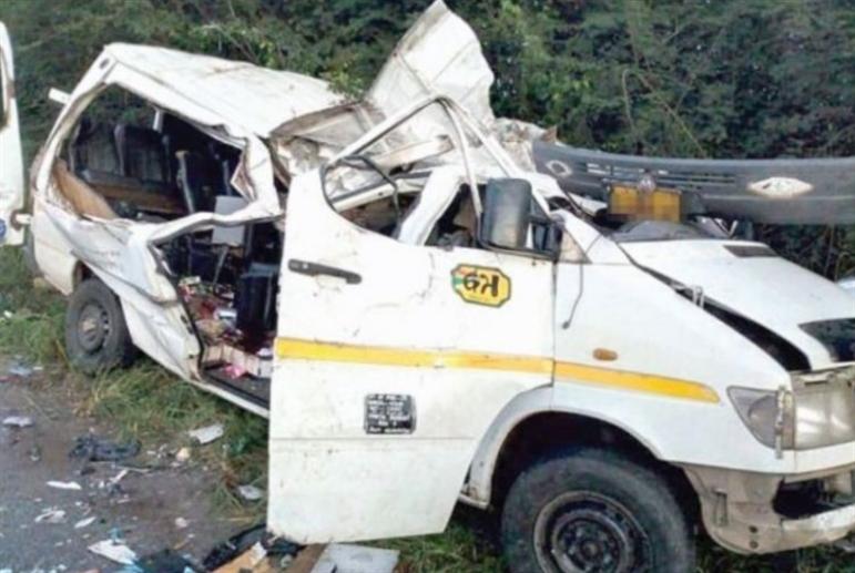 وفاة 8 لاعبين بسقوط حافلة في نهر