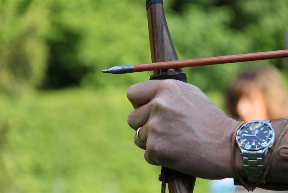 رجل مسلّح بقوس نشّاب يقتل عدّة أشخاص في النروج