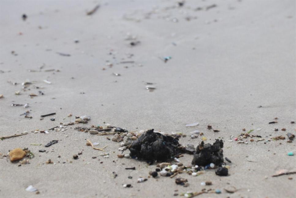 دفعة جديدة من الملوّثات النفطية عند شاطئ محميّة صور