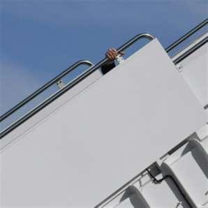 بايدن يتعثر أثناء صعوده إلى الطائرة الرئاسية