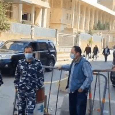 محتجّون يستقبلون محافظ الشّمال بعريضة تطالب بإقالته