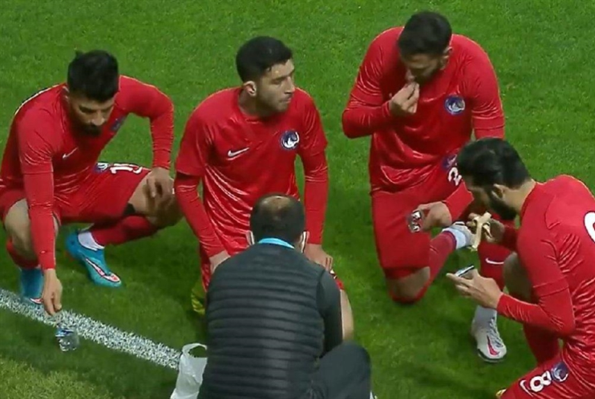تركيا: توقف لاعبين أثناء المباراة لتناول الإفطار