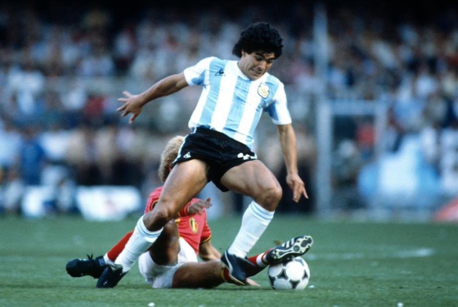 عرض أول قميص لمارادونا في كأس العالم للبيع