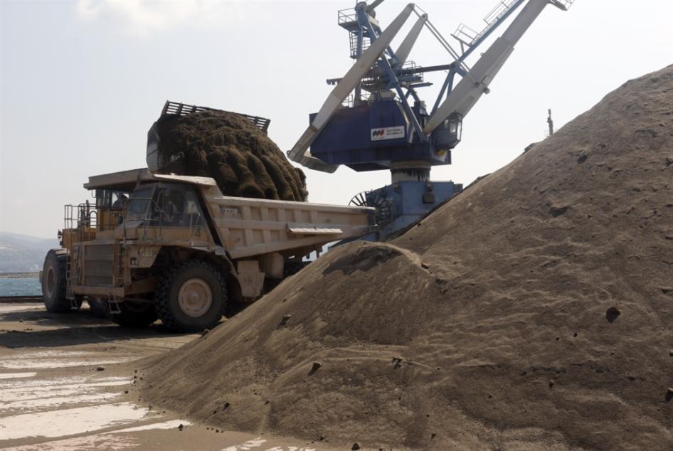 تجّار البناء في المنية يقطعون الطريق على شاحنات الإسمنت