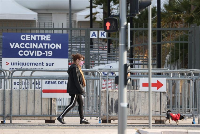 فرنسا أوّل دولة أوروبية تبدأ العمل بـ«جواز السفر الصحّي»