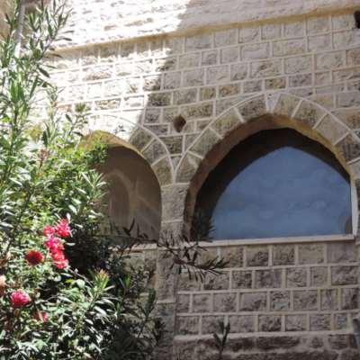 آل أبو دياب ينحتون حجارة البيوت