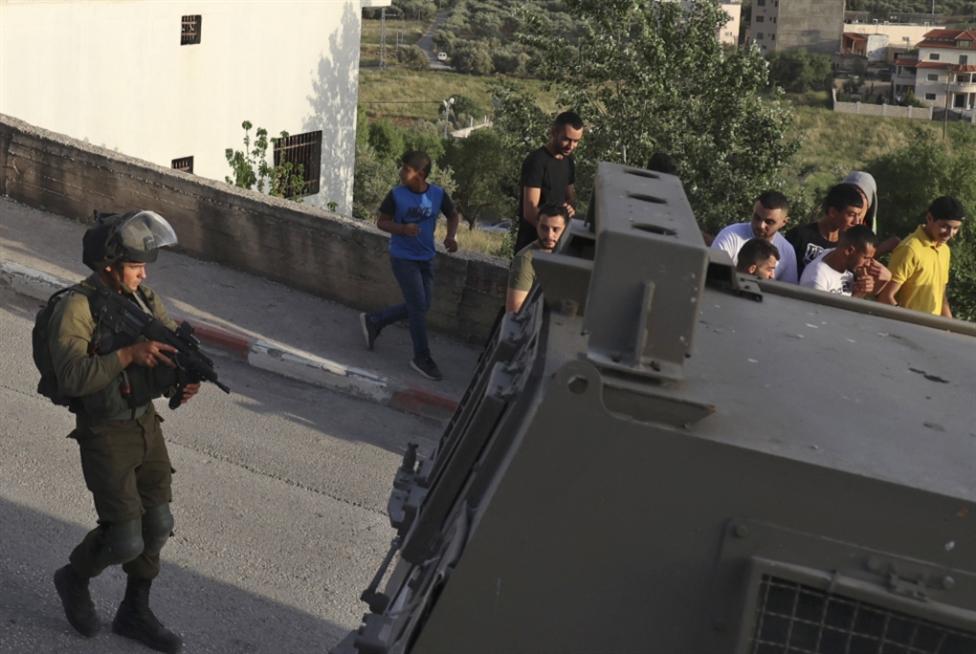 الاحتلال يقتحم بلدة عقربا... والمواجهات مستمرة