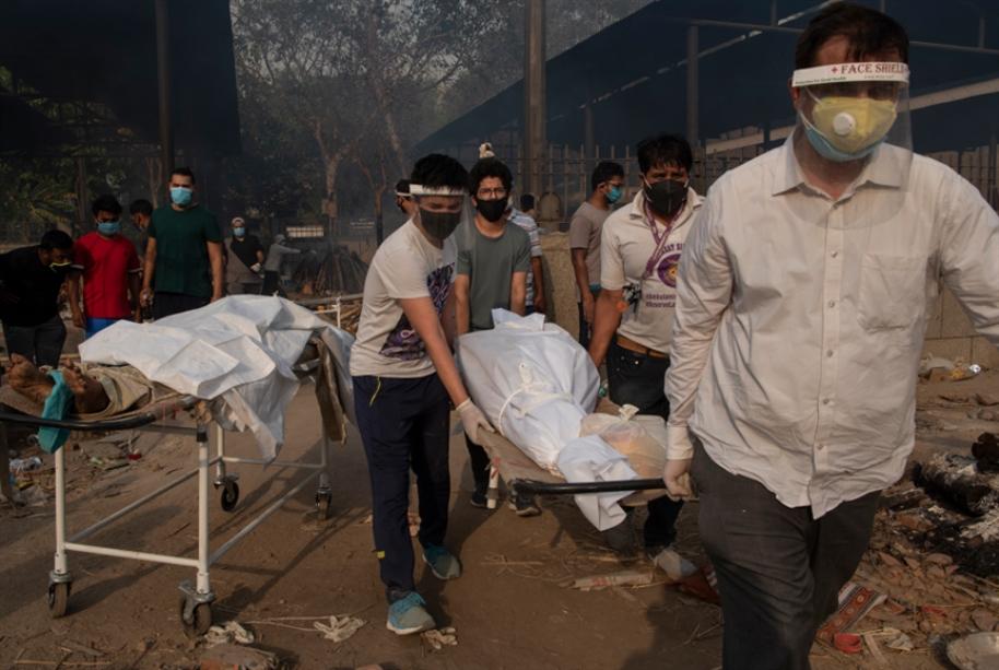 أرونداتي روي عن كوفيد في الهند: أصوات انتخابية بين الجثث!