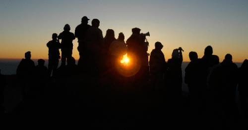 الزائرين يهللون للشمس من أعلى قمة جبل حرمون في عيد التجلي
