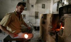 عامل سوري في أحد معامل الزجاج في دمشق القديمة (جوزف عيد - أ ف ب)