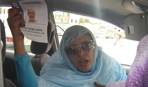 موريتانيّة ترفع صورة الرئيس ولد الشيخ عبد الله احتجاجاً على الانقلاب (الأخبار)