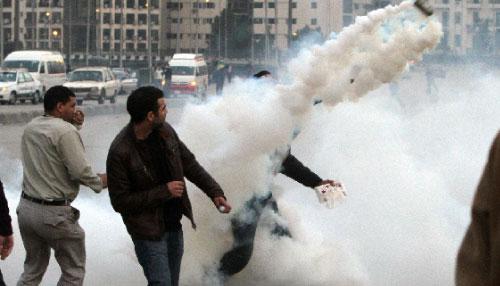 يردّون القنابل المسيّلة للدموع (أحمد علي ــ أ ب)