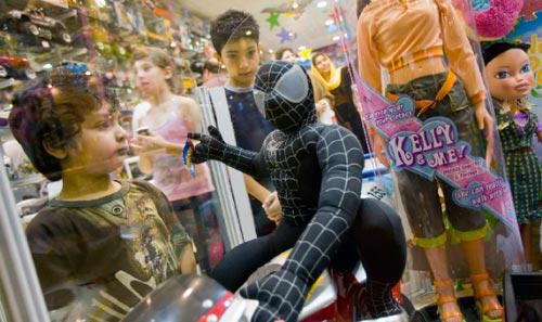 طفل إيراني يلهو في أحد متاجر الألعاب في طهران (مورتيزا نيكوبازل ــــ رويترز)
