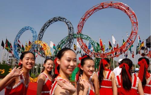 فتيات صينيات يستعددّن لعرض حفل الافتتاح ويتصوّرن أمام القرية الأولمبية (ماركوس برينديتشي ـ رويترز)
