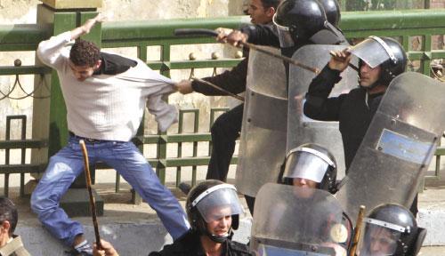 من مشاهد القمع في عاصمة المعز (عمر دالش ــ رويترز)
