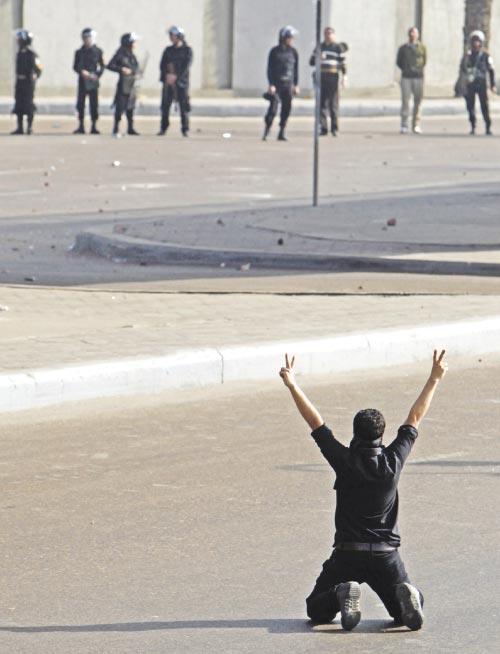 راية النصر في مواجهة الشرطة (عمر دلش ــ رويترز)
