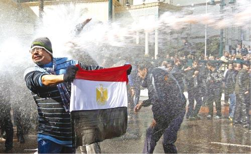 يواجهون خراطيم المياه (يانيس بهراكيس ــ رويترز)