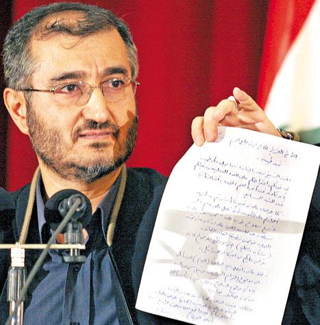 الحاج حسين خليل يبرز الرسالة التي تلقّاها من المقدّم وسام الحسن (هيثم الموسوي)